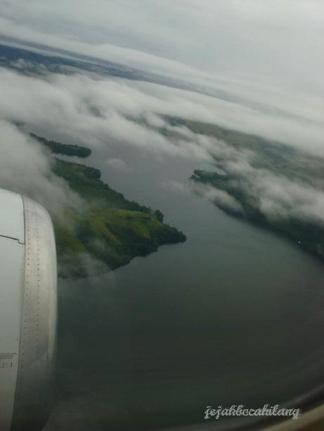 Danau Sentani dari atas burung besi