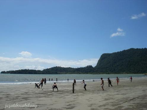 sepak bola di Pantai Holtekamp
