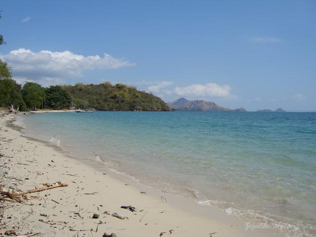 pasir putih Pantai Pede