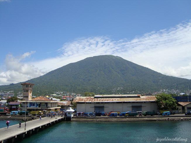 Gunung Gamalama yang mendominasi pulau Ternate