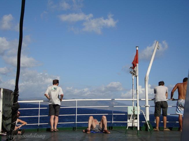 maksud gambar : kapal yang tidak segaris dengan laut, bukan yang ngangkang #ups