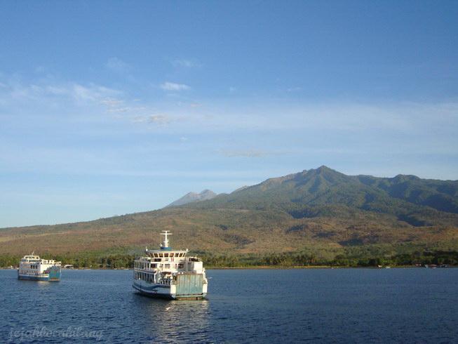 puncak Rinjani terlihat dari pelabuhan Kayangan, Lombok Timur