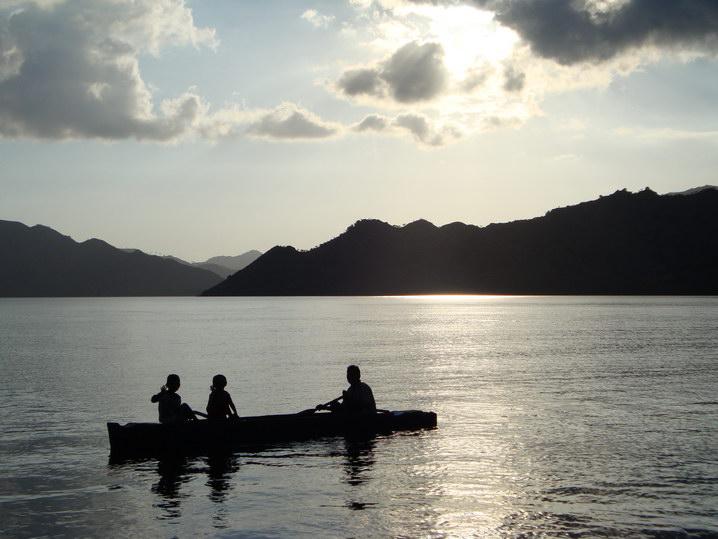 nelayan dan anak-anaknya di Pulau Kalong