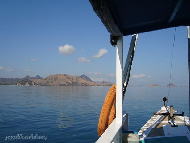 Pulau Rinca dari kejauhan