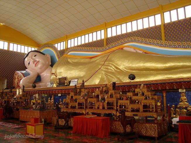 inilah patung Reclining Buddha yang tersohor di Penang