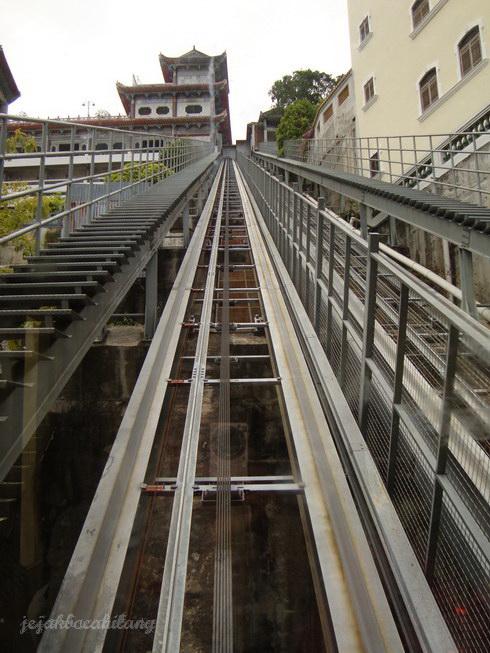 jalur lift menaiki lantai atas Kek Lok Si