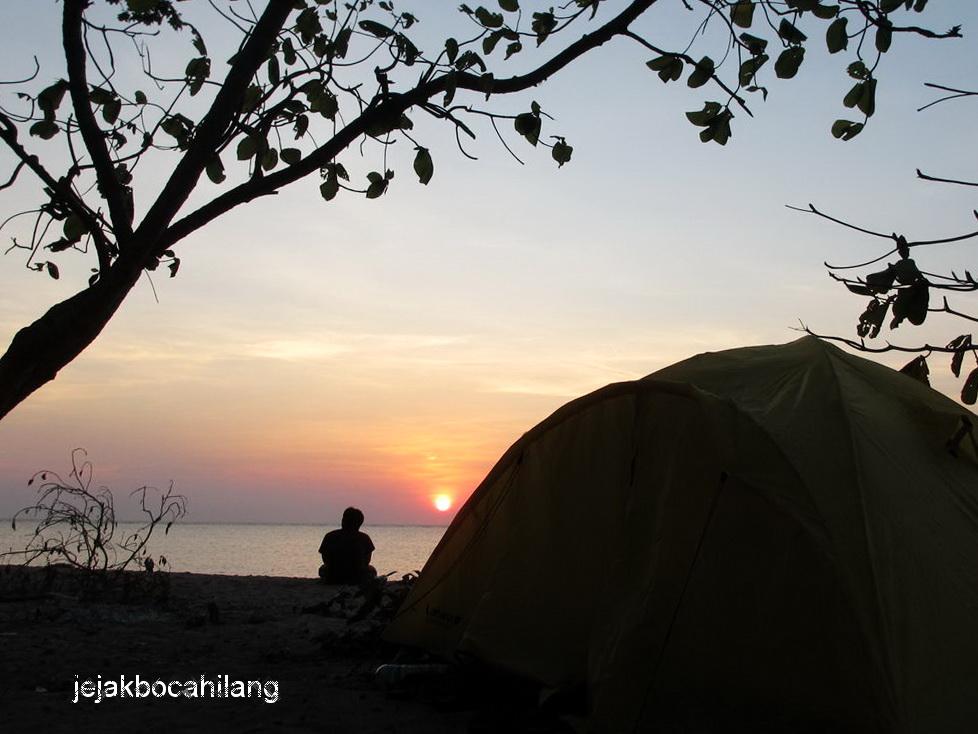 bangun dari tenda langsung disuguhi sunrise...asik kan? :)