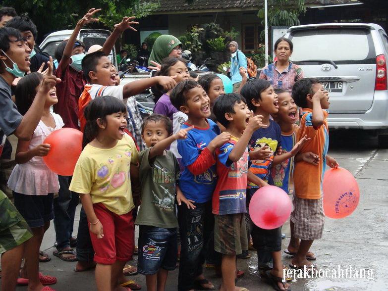 canda tawa anak-anak di barak pengungsian