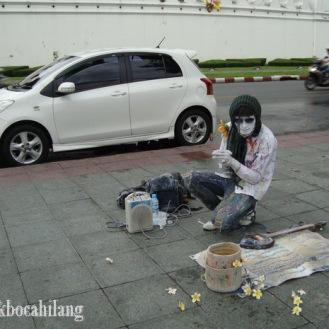 pengamen yang menjual seni, bukan menjual suara sumbang seperti di Indonesia #upss