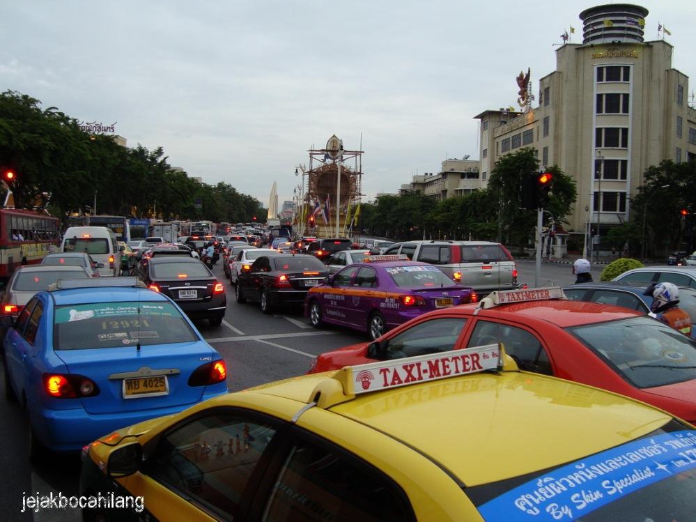 18.00 Ratchadamnoen Klang Road - Democracy Monument - Bangkok