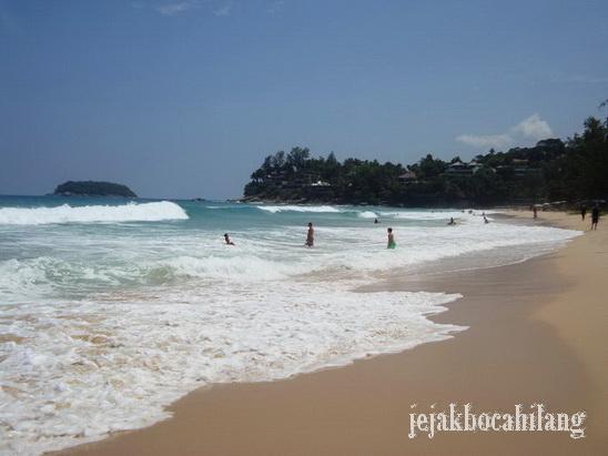 ombak Kata Beach yang asyik diterjang