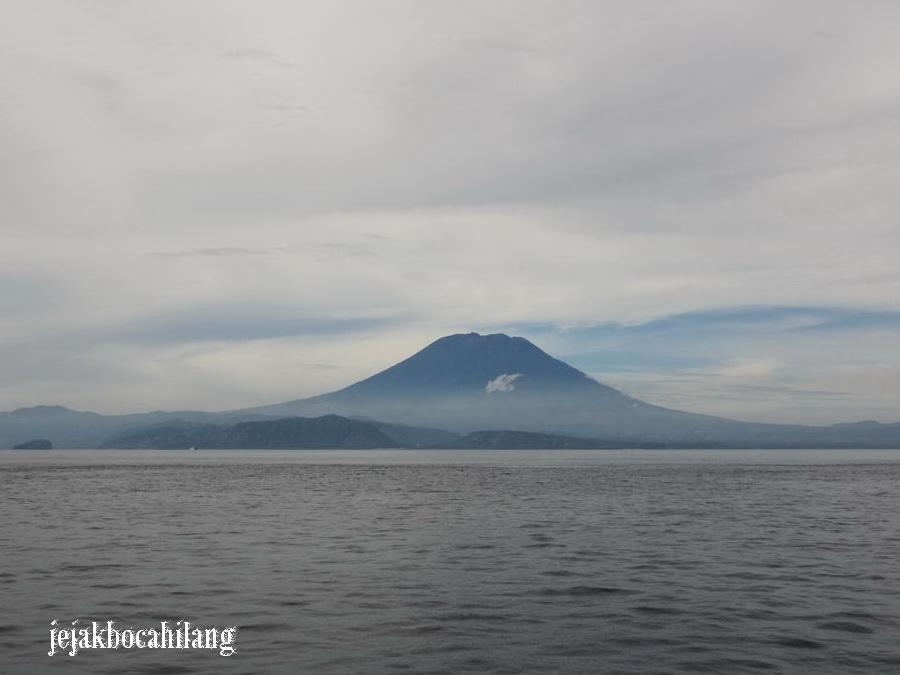 view Gunung Agung dari ferry