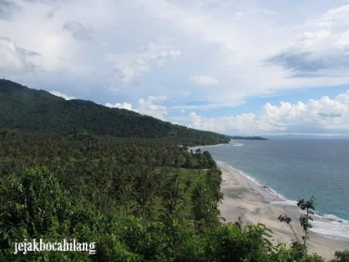 view pantai dari bukit
