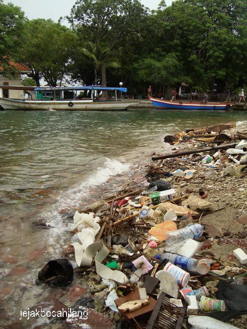 timbunan sampah di Pulau Onrust