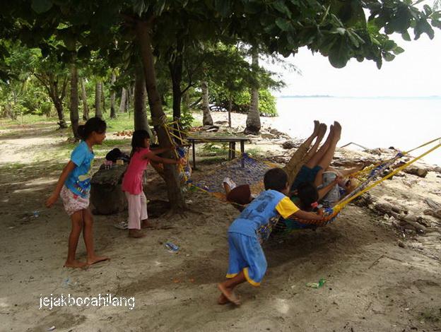 canda tawa anak-anak Pulau Tidung Kecil
