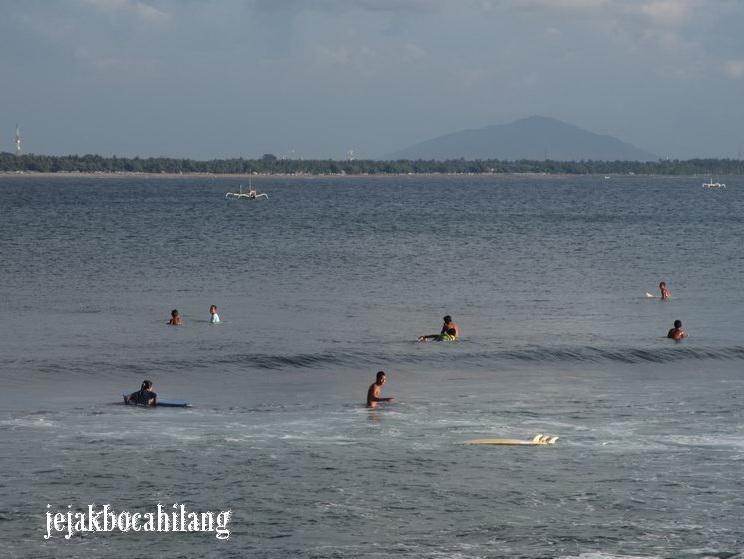 para surfer menunggu ombak