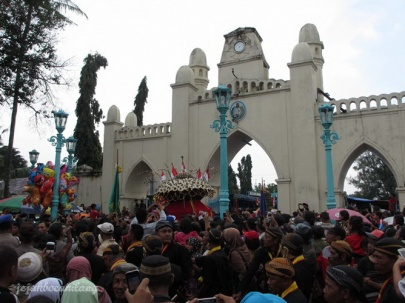 arak-arakan Gunungan memasuki Masjid