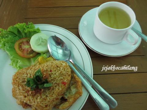 Nasi Goreng + secangkir Teh Raja