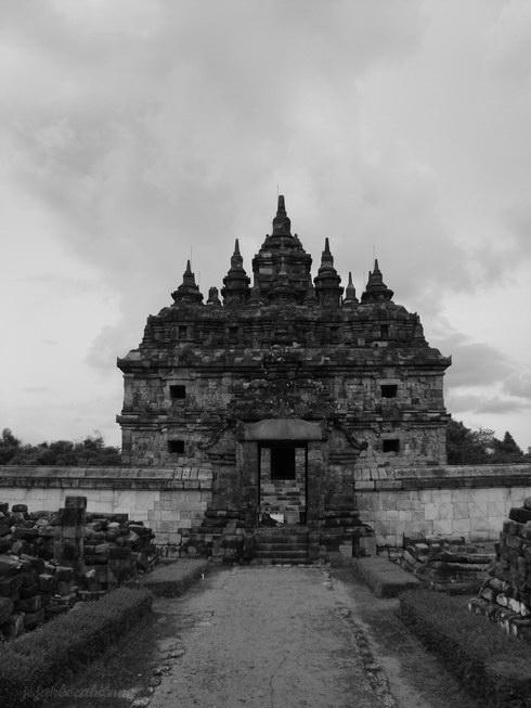 Candi Plaosan dibangun oleh Rakai Pikatan untuk permaisurinya yang bernama Pramudyawardani