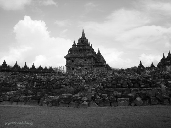 Candi Plaosan memiliki 116 stupa perwara dan 50 candi perwara