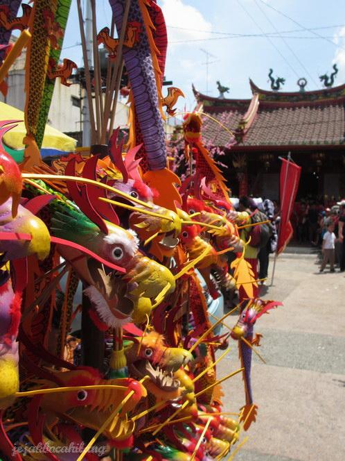 mainan model Naga yang dijual di sekitar klenteng Tien Kok Sie - Pasar Gede
