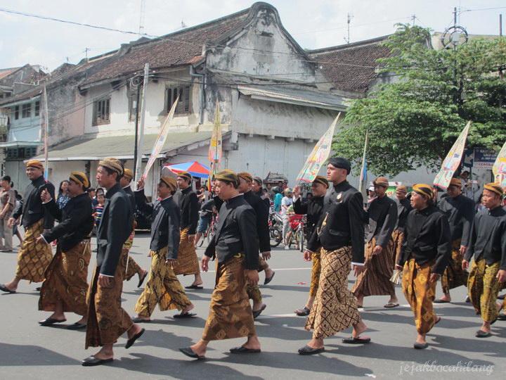warga asing ikut meramaikan kirab Grebeg Sudiro