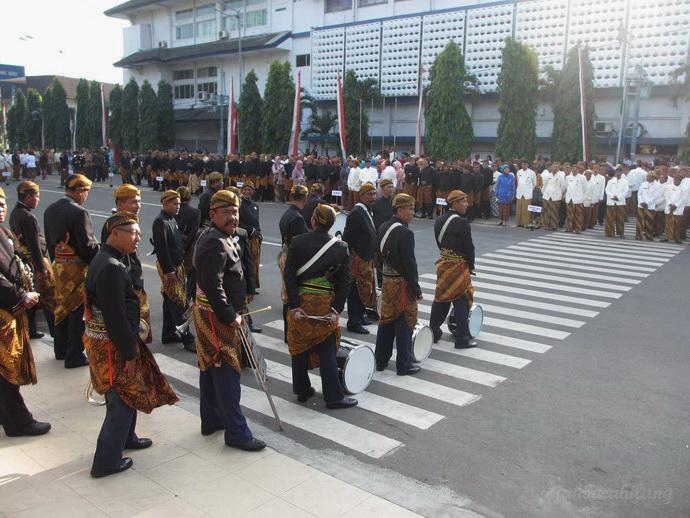jajaran PNS berjemur ria di upacara pembukaan Festival Jenang di depan Bank Indonesia