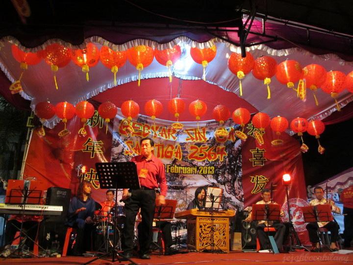 nyanyi dengan diiringi alat musik tradisional Tiongkok