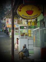 deretan warung di Gunung Kawi