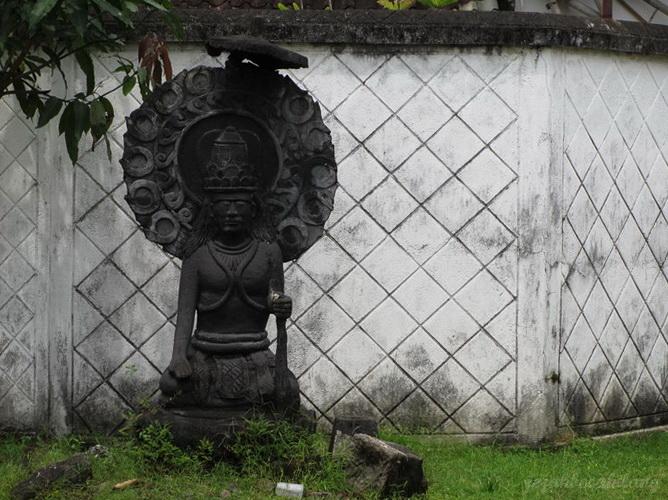 patung di halaman Purwohamijayan