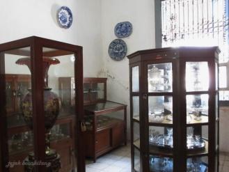 beberapa koleksi porselen dan kristal