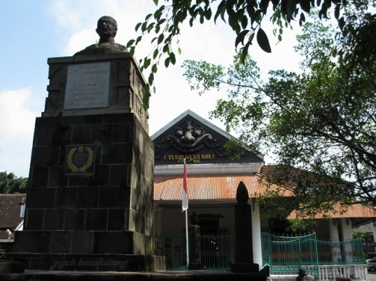 patung Ronggowarsito di halaman depan Museum Radya Pustaka