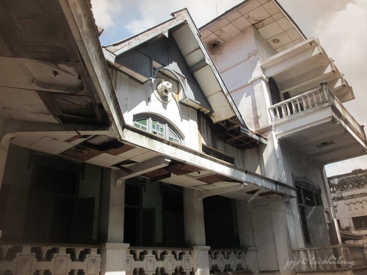 patung harimau di samping rumah