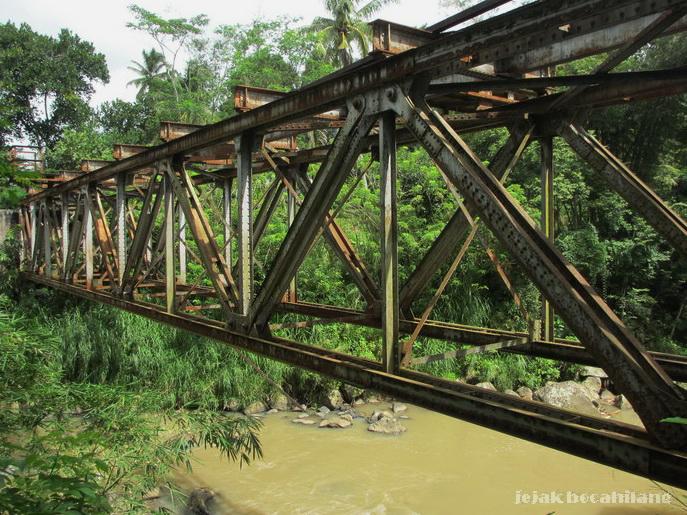 jembatan kereta di atas Sungai Elo