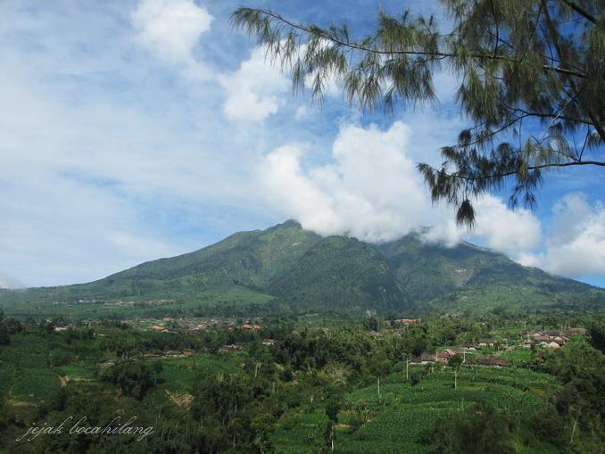 Gunung Merapi dari kejauhan