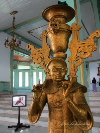 patung berlapis emas
