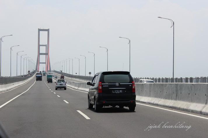 Jembatan Suramadu siang hari