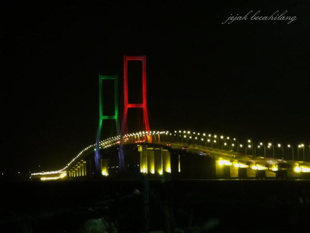 Jembatan Suramadu malam hari