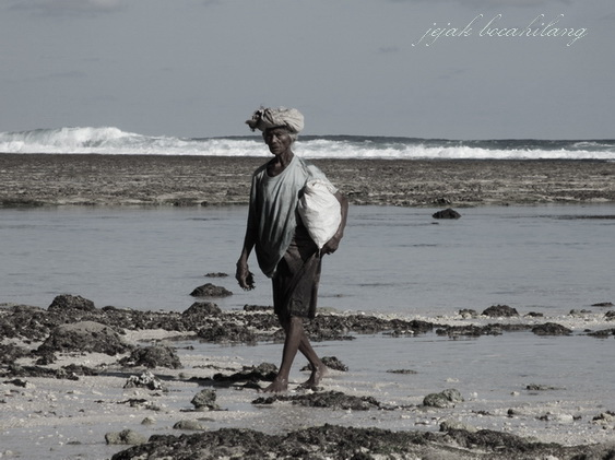 old woman finished taking seaweeds