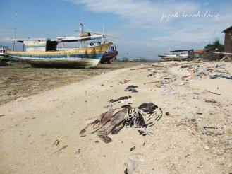 sampah di sepanjang pantai