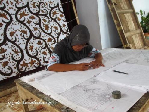 melukis pola batik Manggur