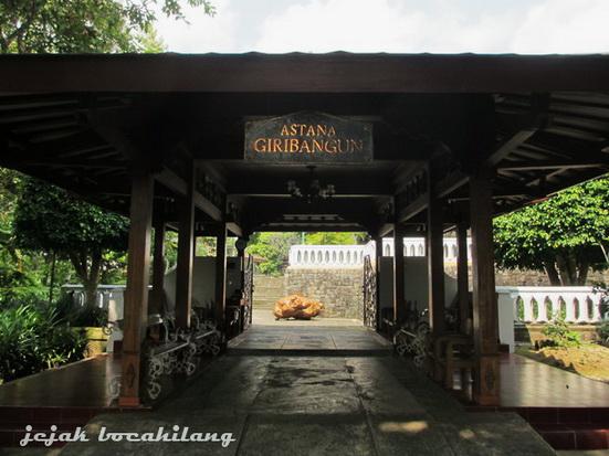 gerbang masuk Giribangun