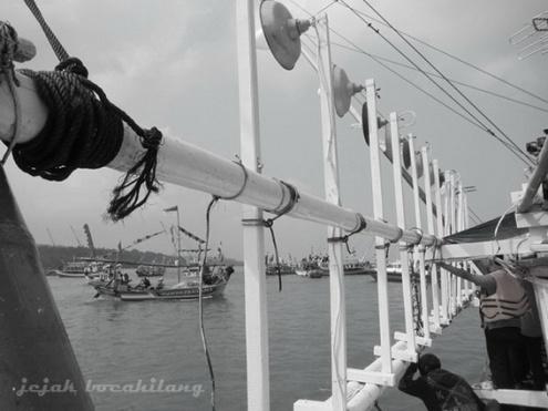 parade kapal nelayan di tengah perjalanan