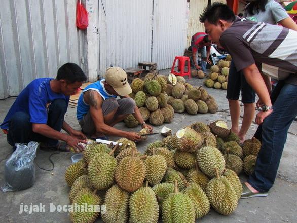 stand durian di depan Toko Yen Yen