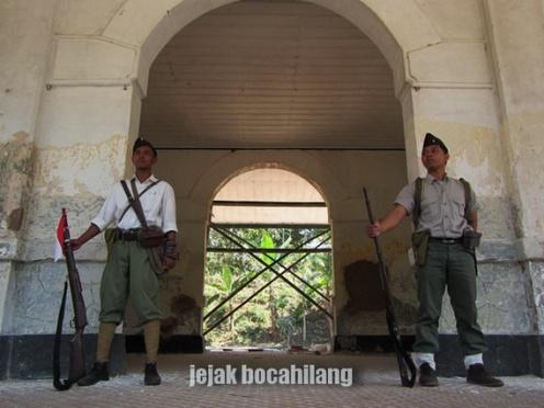 tentara nyasar di Stasiun Bedono ^_^