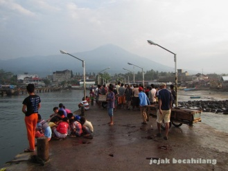 suasana dermaga Kotaagung di pagi hari