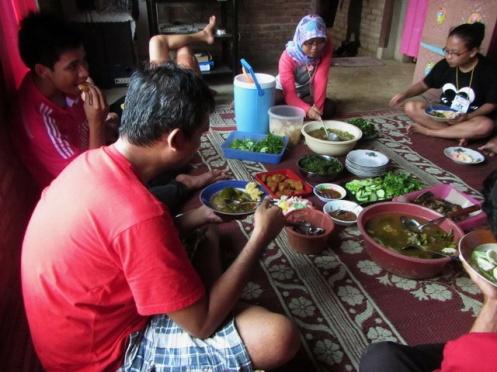 makan ( lagi ) di rumah Pak Lurah