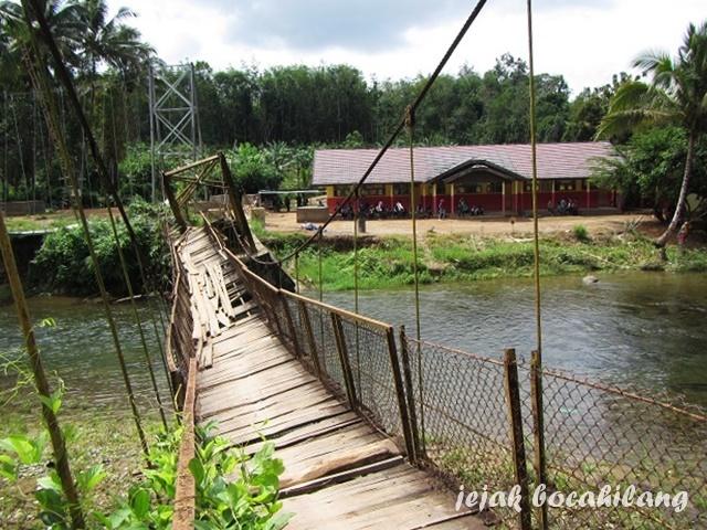 jembatan lama menuju Desa Loklahung