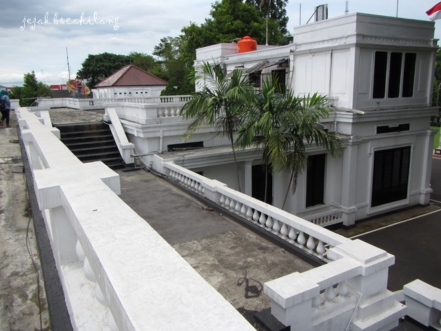 atap gaya neo klasik dengan sebuah kolam untuk berendam di ujungnya
