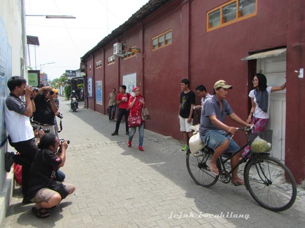 aksi fotografer di gang Kampung Pesindon